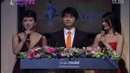 Hwang Mihee awarded the 'Racing Model Popularity Award' at the 2008 Asia Model A