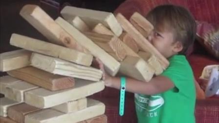 【发现最热视频】好坚强呀!我拆倒的积木疼也得扛住