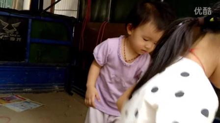 农村娃玩三轮车
