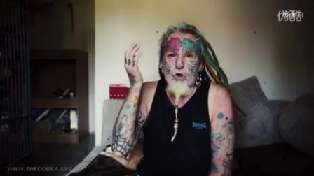 英国布里斯托尔56岁男子泰德理查兹痴迷鹦鹉 为了看起来更像鹦鹉 他把双眼染色……后来他又把双耳割掉