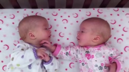【发现最热视频】超有爱的双胞胎!我饿了快拿手来尝尝