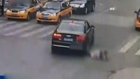 女司机闪躲不及将躺马路轻生老人碾压致死