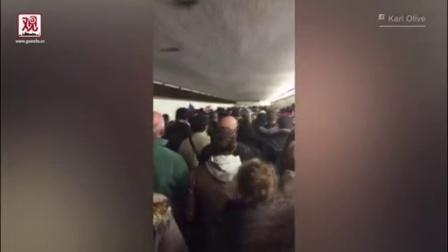 拥挤通道内 法国球迷高唱国歌《马赛曲》