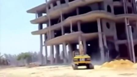 实拍挖掘机拆楼被活埋 场面堪比灾难片