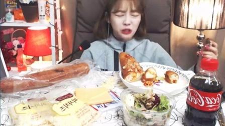 【微博@学姐宿舍】萌妹素琪吃播-芝士法棍+沙拉