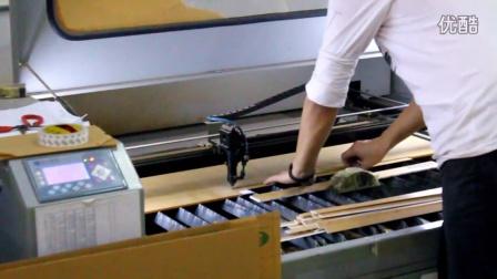 精致展示亚克力展示架生产中的切割及工序--激光雕刻机