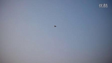 航模飞机在楼顶上玩飞行