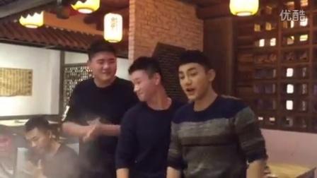 """""""热血尖兵""""拍摄中,演员蒋龙、林傲霏为叶浏唱自创的生日歌"""