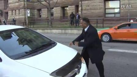 记者采访,拍到出租车拖行乘客的一幕