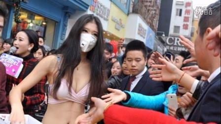 合肥比基尼美女向市民发放防雾霾口罩