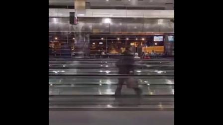 【发现最热视频】老外会玩!机场步行直梯还能这样玩