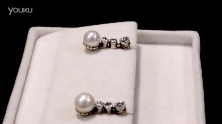 珍珠和0.28克拉钻石。 14克拉黄金,铂金耳环 - 仿古协卡1920 - A2079