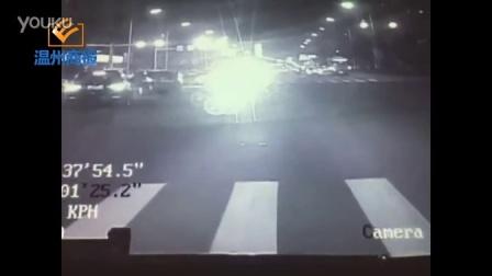 温州BRT避让闯红灯行人,急刹致车内乘客摔倒