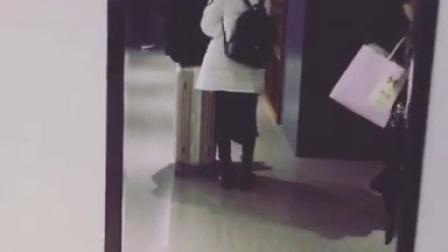 SNH48冯薪朵151231ins:补一个一直没发的小视频 昨天大哥逼我睡觉穿裤子,我不干,她就强行