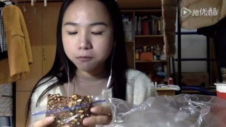 16爱吃饭的妹子 巧克力布朗尼 麻花 百果月饼 腰子饼甜甜圈奶油面包豆沙包奶茶中国吃播