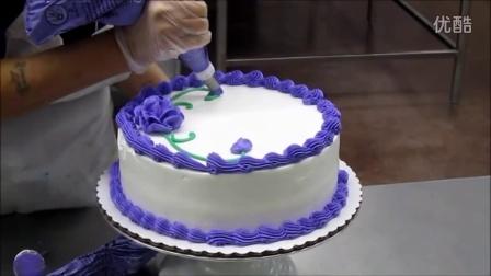 裱花师的工作:漂亮的生日蛋糕是这么做出来的。