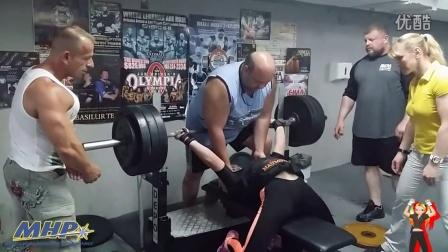 15岁女孩平卧杠铃推举419磅!(190KG)