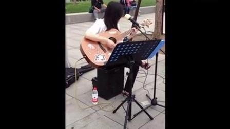 北京街头的超萌卖唱学生妹,深情弹唱《真的爱你》引众人围观!
