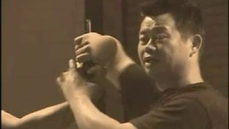 中国功夫教练示范空手夺枪 瞬间夺枪反击