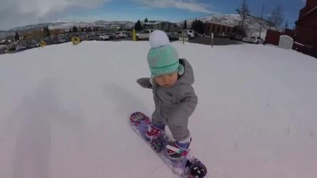 萌哭!一岁北鼻淡定滑雪