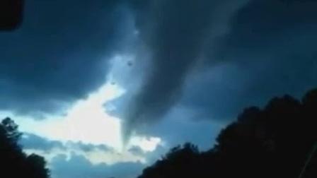 在眼前迅速形成的龙卷风