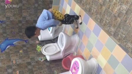 尿尿的小男孩