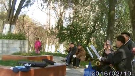 邓女士在河滨公园唱歌(16男)马背上的摇栏?