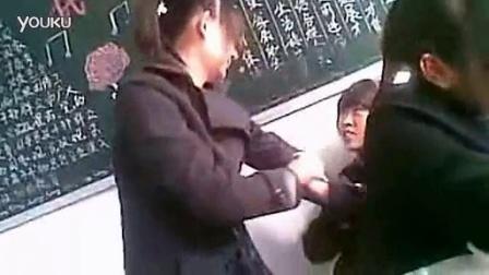 女孩打架扒衣 太销魂了 女打架斗殴;_高清_标清