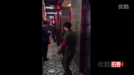 【拍客】丽江一酒店员工穿红军服跳舞迎客人