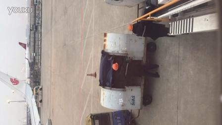 实拍机场随便扔行李箱,两侧行李箱已哭昏