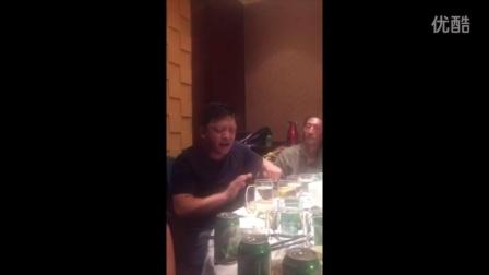 中年男子饭桌上催泪演唱崔健摇滚乐《假行僧》
