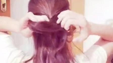 编发教程 一分钟变淑女放慢版😊注意是外面那束头发往里面那束塞,重复三四次即可!