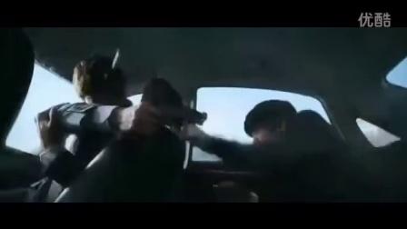 車上的韓西裝帥反派被西裝帥哥打昏