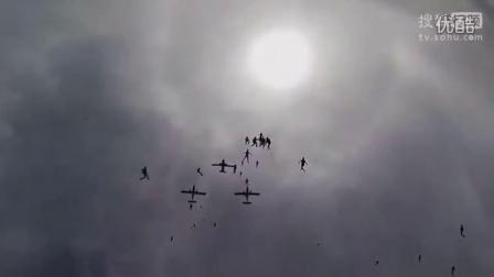 92名女孩同时高空跳伞破纪录震撼实录