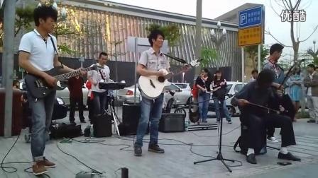 高手在民间(骆老师):深圳-原上草乐队(二胡演奏):骏马奔驰保边疆