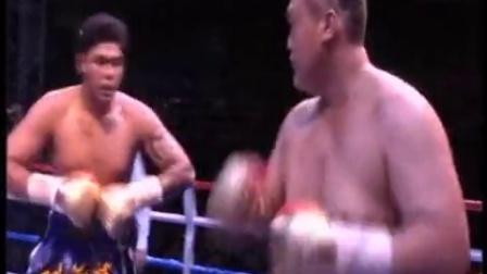 张君龙KO泰拳手对手昏迷看傻霍利菲尔德