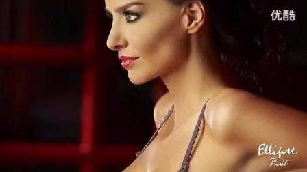 376胸器美女内衣秀 最后美女脱光衣服只剩下乳贴