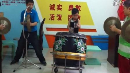 小学生表演黄飞鸿七星鼓