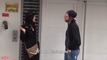 【发现最热视频】法国小哥挑战美国小哥街头展示法式湿吻