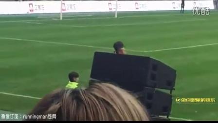韩星金钟国踢球摔倒受伤 李光洙紧忙搀扶