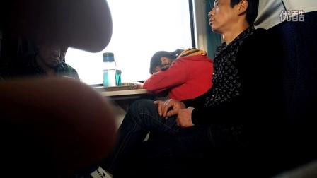 猥琐男色胆包天在火车上猥亵熟睡女