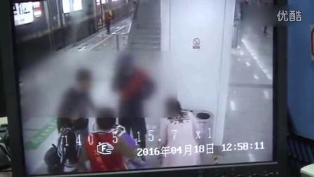 年轻父母地铁站内碰掉女子iPad 女子一把掀翻婴儿车