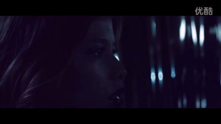 电影人以闪烁亮片和湛蓝色调打造魔幻深情MV《Ride On》