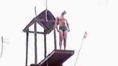【吓人的跳水,跳的不是水是命啊】看样是阿富汗之类的地区 悬崖 有组织的自杀 跳崖 新闻直播 实拍 十分恐怖吓人
