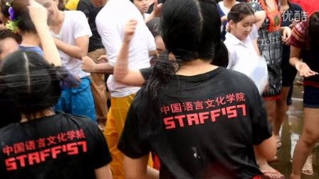 广西外国语学院男女生混战勇于湿身一起嗨