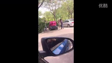 实拍街头路人砸车,神马情况……