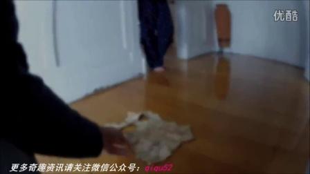 小女孩无意间发现家中墙壁暗格 打开之后一家人都非常吃惊!