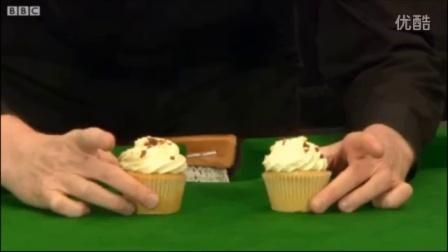 史蒂夫·戴维斯用蛋糕解释斯诺克球的撞击瞬间 [BBC]