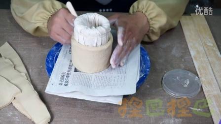 捏巴捏巴陶艺网教程——维尼小熊笔筒制作