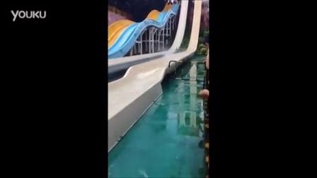 实拍这女的从水上世界滑梯滑下来泳衣被冲掉了_标清